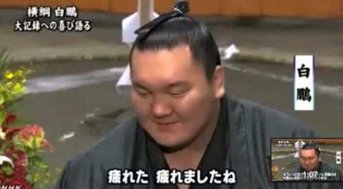 Сумоист Хахуко выигрывает во всех поединках